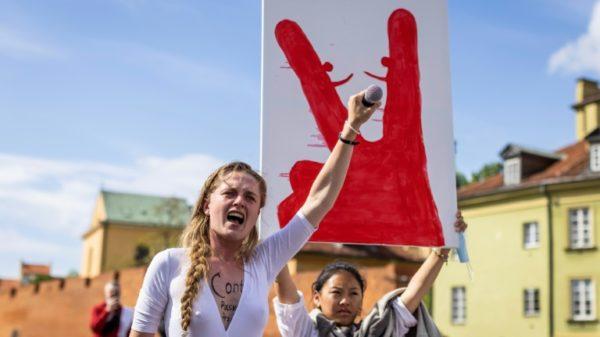 Screaming artist electrifies Belarus protests in Warsaw