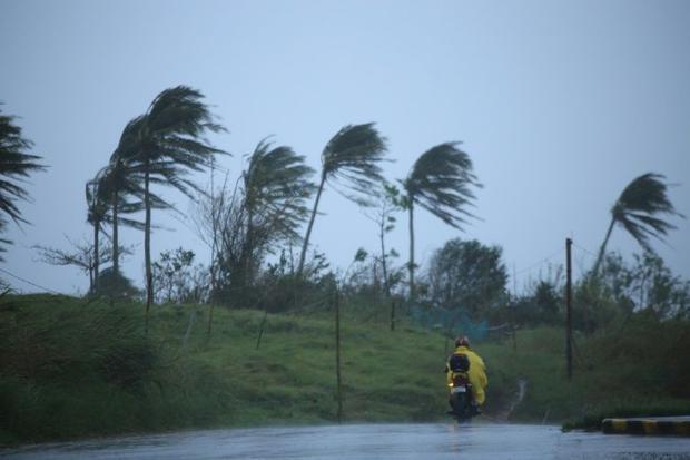 Winds batter Legazpi City  Albay province