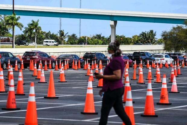 Une file de voitures font la queue pour un vaccin contre le Covid-19  à Miami le 22 février 2021