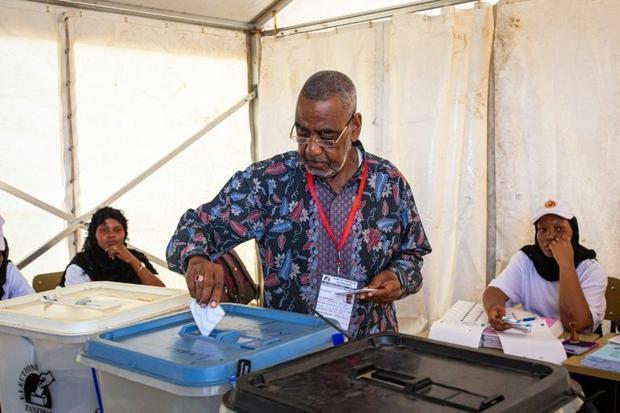 Opposition leader Seif Sharif Hamad votes on Zanzibar